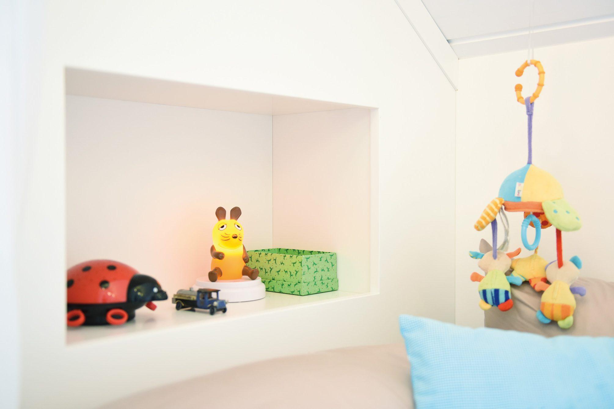 Kinderschlafkoje mit integriertem Einbauschrank